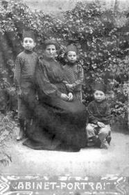סבתא חיה עם בנימין בנה, עם שני בניו של אז