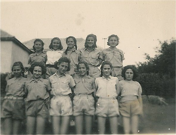 בנות כיתות ו' ו-ח' 1946